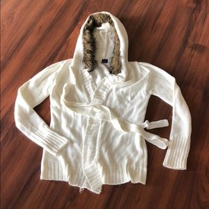 Knit hoodie with faux fur. Belted option